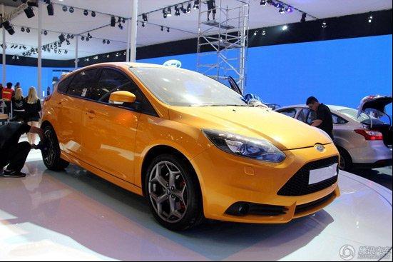 福特运动化轮毂居然继续为福克斯st服役,而橘色的车身设计也是高清图片